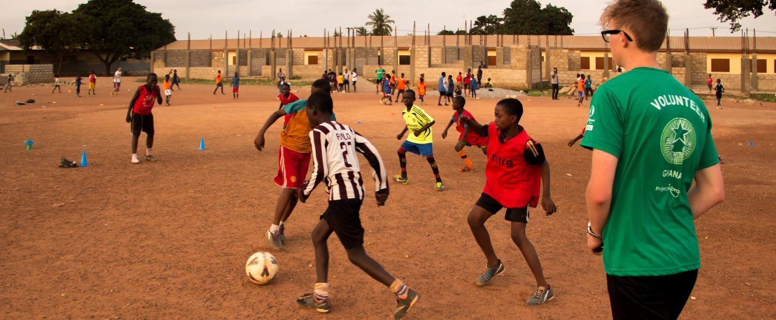 Juego de práctica durante nuestro voluntariado de fútbol en Ghana.